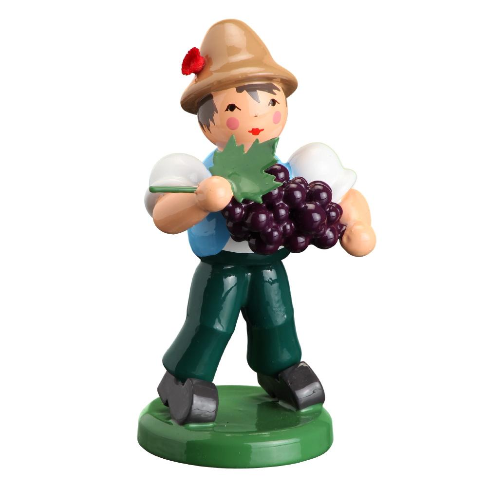 Junge mit Weinbeere